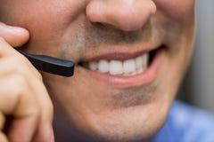 Τεχνικός που μιλά στα επικεφαλής τηλέφωνα Στοκ εικόνες με δικαίωμα ελεύθερης χρήσης