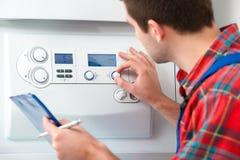 Τεχνικός που συντηρεί το λέβητα θέρμανσης