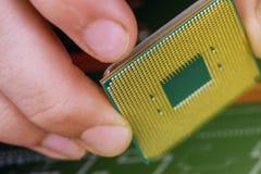 Τεχνικός υπολογιστών που εγκαθιστά την ΚΜΕ στη μητρική κάρτα κλείστε επάνω στοκ φωτογραφία με δικαίωμα ελεύθερης χρήσης