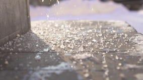 Τεχνικό αλατισμένο αντιδραστήριο στα βήματα στο χειμερινό στενό επάνω, αργό MO απόθεμα βίντεο
