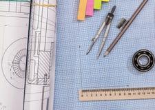 Τεχνικό σχέδιο προγράμματος επάνω από το έγγραφο γραφικών παραστάσεων με τα εργαλεία εφαρμοσμένης μηχανικής Στοκ εικόνα με δικαίωμα ελεύθερης χρήσης