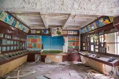 Τεχνικό δωμάτιο με τις επιζημένες πινακίδες και έπιπλα σε Pripyat Στοκ Εικόνα