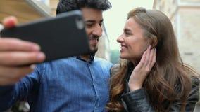 τεχνολογία Άνθρωποι με το τηλεφωνικό βίντεο που καλεί υπαίθρια απόθεμα βίντεο