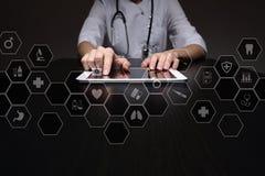 Τεχνολογία ιατρικής και έννοια υγειονομικής περίθαλψης Ιατρός που εργάζεται με το σύγχρονο PC Εικονίδια στην εικονική οθόνη Στοκ φωτογραφία με δικαίωμα ελεύθερης χρήσης