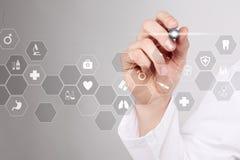 Τεχνολογία ιατρικής και έννοια υγειονομικής περίθαλψης Ιατρός που εργάζεται με το σύγχρονο PC Εικονίδια στην εικονική οθόνη Στοκ Εικόνες