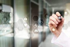 Τεχνολογία ιατρικής και έννοια υγειονομικής περίθαλψης Ιατρός που εργάζεται με το σύγχρονο PC Εικονίδια στην εικονική οθόνη Στοκ εικόνα με δικαίωμα ελεύθερης χρήσης