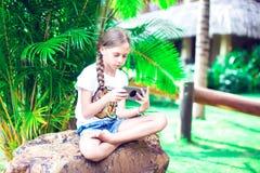 Τεχνολογία και έννοια ανθρώπων - ευτυχές χαμογελώντας κορίτσι που χρησιμοποιεί smartph στοκ φωτογραφία με δικαίωμα ελεύθερης χρήσης