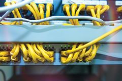 Τεχνολογία και επικοινωνία, γραφεία υπηρεσιών με τα συνδεδεμένα καλώδια, σκοινιά στοκ εικόνες με δικαίωμα ελεύθερης χρήσης