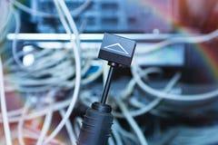 Τεχνολογία και επικοινωνία, γραφεία υπηρεσιών με τα συνδεδεμένα καλώδια, σκοινιά στοκ φωτογραφίες με δικαίωμα ελεύθερης χρήσης