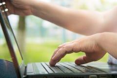 Τεχνολογία και επικοινωνία, εργασία στο πληκτρολόγιο με ένα lap-top υπαίθρια, στοκ φωτογραφίες με δικαίωμα ελεύθερης χρήσης