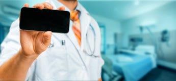 Τεχνολογία στην υγεία και την έννοια ιατρικής Γιατρός με Smartphone στην κλινική Στοκ Εικόνες