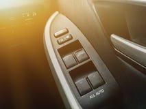 Τεχνολογία στο αυτοκίνητο με τον αυτόματο έλεγχο παραθύρων στα μαύρα armres Στοκ φωτογραφία με δικαίωμα ελεύθερης χρήσης