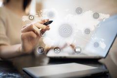Τεχνολογία σύννεφων, υπολογισμός, έννοια δικτύωσης Μακρινές αποθήκευση στοιχείων και ασφάλεια Διαδίκτυο και τεχνολογία στοκ φωτογραφία με δικαίωμα ελεύθερης χρήσης