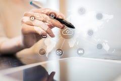 Τεχνολογία σύννεφων, υπολογισμός, έννοια δικτύωσης Μακρινές αποθήκευση στοιχείων και ασφάλεια Διαδίκτυο και τεχνολογία στοκ φωτογραφίες