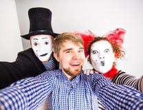Τεχνολογία Διαδίκτυο και έννοια ευτυχίας Νεαροί άνδρες και mime λήψη της μόνης εικόνας selfie με τη κάμερα smartphone στοκ φωτογραφία με δικαίωμα ελεύθερης χρήσης