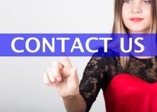Τεχνολογία, Διαδίκτυο και έννοια δικτύωσης όμορφη γυναίκα σε ένα κόκκινο φόρεμα με τα μανίκια δαντελλών οι Τύποι γυναικών μας έρχ Στοκ εικόνα με δικαίωμα ελεύθερης χρήσης