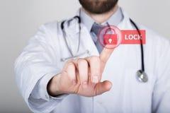 Τεχνολογία, Διαδίκτυο και δικτύωση στην έννοια ιατρικής - ο ιατρός πιέζει το κουμπί κλειδαριών στις εικονικές οθόνες Στοκ φωτογραφία με δικαίωμα ελεύθερης χρήσης