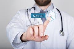 Τεχνολογία, Διαδίκτυο και δικτύωση στην έννοια ιατρικής - ο ιατρός πιέζει το κουμπί αναζήτησης στις εικονικές οθόνες Στοκ φωτογραφία με δικαίωμα ελεύθερης χρήσης