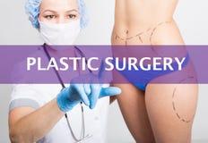 Τεχνολογία, Διαδίκτυο και δικτύωση στην έννοια ιατρικής - ο ιατρός πιέζει το κουμπί πλαστικής χειρουργικής σε εικονικό Στοκ Εικόνα