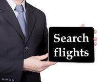 Τεχνολογία, Διαδίκτυο και δικτύωση στην έννοια τουρισμού - ο επιχειρηματίας που κρατά ένα PC ταμπλετών με τις πτήσεις αναζήτησης  Στοκ εικόνα με δικαίωμα ελεύθερης χρήσης