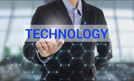 Τεχνολογία κουμπιών συμπίεσης χεριών επιχειρηματιών Στοκ φωτογραφία με δικαίωμα ελεύθερης χρήσης