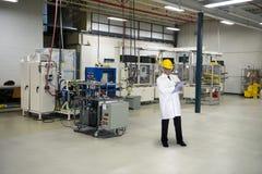 Τεχνολογία μηχανικών ποιοτικού ελέγχου στο βιομηχανικό εργοστάσιο Στοκ φωτογραφία με δικαίωμα ελεύθερης χρήσης