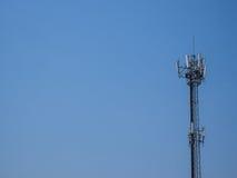 Τεχνολογία στην κορυφή των τηλεπικοινωνιών, μπλε ουρανός Στοκ Εικόνες