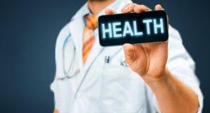 Τεχνολογία στην υγεία και την έννοια ιατρικής Γιατρός με Smartphone με την επιγραφή υγείας Στοκ Εικόνα