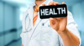 Τεχνολογία στην υγεία και την έννοια ιατρικής Γιατρός με Smartphone με την υγεία επιγραφής Στοκ εικόνες με δικαίωμα ελεύθερης χρήσης