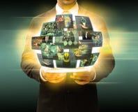 Τεχνολογία ταμπλετών εκμετάλλευσης επιχειρηματιών και κοινωνικά μέσα Στοκ φωτογραφίες με δικαίωμα ελεύθερης χρήσης