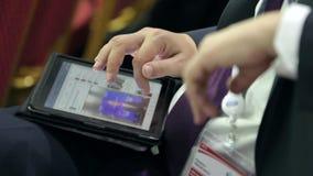 Τεχνολογίες χρήσης επιχειρηματιών που κρατούν το PC α ταμπλετών απόθεμα βίντεο
