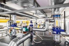 Τεχνολογική βιομηχανική μονάδα λεβήτων με τη διοχέτευση με σωλήνες και τις αντλίες Στοκ Φωτογραφίες