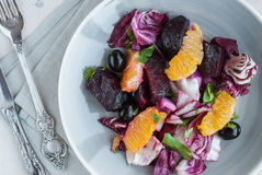 Τεύτλο, πορτοκάλι, radicchio, σαλάτα ελιών Κινηματογράφηση σε πρώτο πλάνο Στοκ Φωτογραφίες