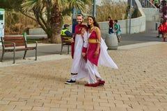 Τελ Αβίβ - 20 Φεβρουαρίου 2017: Άνθρωποι που φορούν τα κοστούμια στο Ισραήλ δ στοκ εικόνα