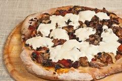 Τελειωμένη ψημένη, χειροτεχνική, σπιτική πίτσα 14 Στοκ εικόνα με δικαίωμα ελεύθερης χρήσης