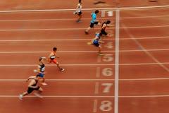 τελειώστε την τελική ορμή των δρομέων αθλητών αγώνων στοκ φωτογραφία