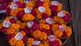 Τελετουργικά λουλούδια puja Hinduism ιερά στην πόλη του Varanasi, Ινδία απόθεμα βίντεο