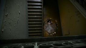 Τελετουργικά πνεύματα θυσίας ή πρόκλησης Λεπτό κορίτσι που βρίσκεται σε έναν κύκλο των κεριών και των κλάδων, είναι η Virgin απόθεμα βίντεο