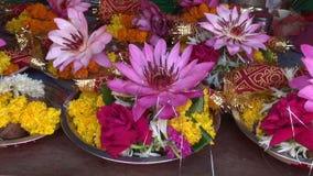 Τελετουργικός λωτός θρησκείας Hinduism και άλλα λουλούδια, αγορά Mumbai απόθεμα βίντεο