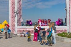 Τελευταία πρόβα στην κύρια κύρια σκηνή για την εθνικός-χορεύοντας ομάδα παιδιών στην τοπική δραστηριότητα ημέρας πόλεων Στοκ Φωτογραφίες