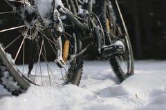 Τελευταία ρόδα ποδηλάτων με το στροφέα φρένων στην εστίαση, στο χιόνι Στοκ Εικόνες
