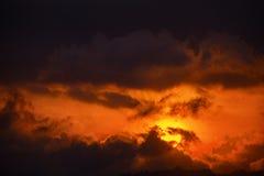 Τελευταίες πορτοκαλιές ακτίνες ήλιου μέσω των σύννεφων στο σούρουπο Στοκ εικόνα με δικαίωμα ελεύθερης χρήσης