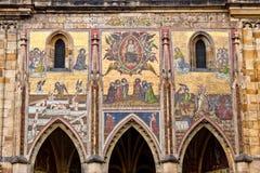 Τελευταίο μωσαϊκό κρίσης επάνω από τη χρυσή πύλη του καθεδρικού ναού του ST Vitus μέσα Στοκ Εικόνα