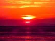 τελευταίο φως ηλιοβασιλέματος θαμπάδων στην οριζόντια γραμμή στη θάλασσα Στοκ Εικόνες