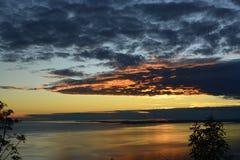 Τελευταίο φως του ήλιου πέρα από μια ήρεμη θάλασσα Στοκ Φωτογραφία