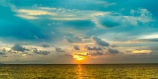 Τελευταίο φως του ηλιοβασιλέματος πανοράματος στη γραμμή οριζόντων πέρα από τη θάλασσα Στοκ Εικόνες