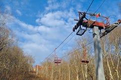 Τελεφερίκ μέσω του δάσους σε μια κορυφή κορυφογραμμών Ο ανελκυστήρας στο vie Στοκ φωτογραφία με δικαίωμα ελεύθερης χρήσης