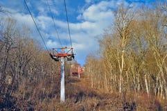 Τελεφερίκ μέσω του δάσους σε μια κορυφή κορυφογραμμών Ο ανελκυστήρας στο vie Στοκ Φωτογραφίες