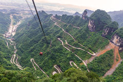 τελεφερίκ με το τύλιγμα και δρόμος καμπυλών στο βουνό Tianmen zhan Στοκ Εικόνα