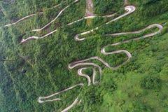 τελεφερίκ με το τύλιγμα και δρόμος καμπυλών στο βουνό Tianmen zhan Στοκ φωτογραφίες με δικαίωμα ελεύθερης χρήσης